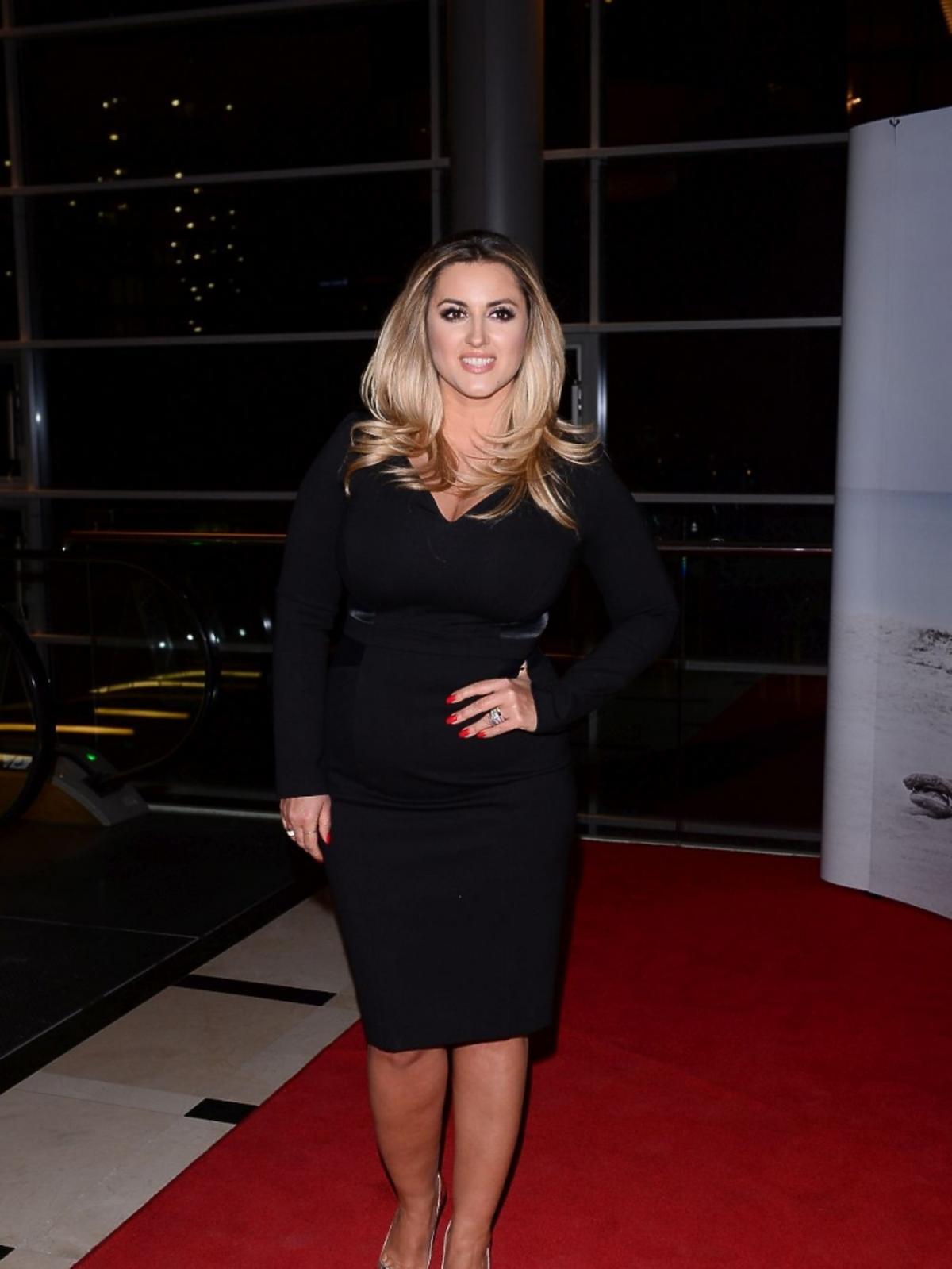Karolina Szostak w czarnej sukience