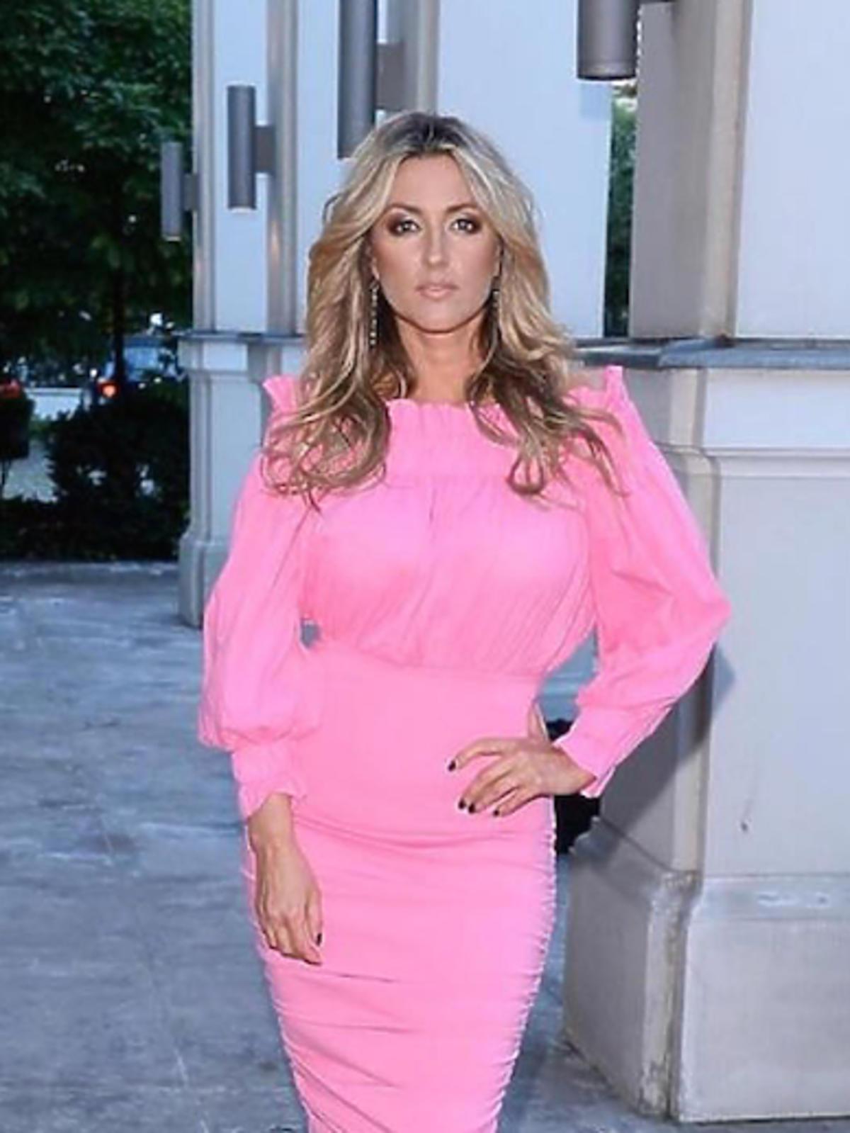 Karolina Szostak w różowej sukience