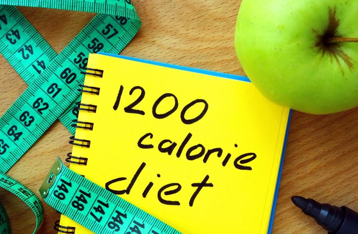 Kartka z napisem dieta 1200 kalorii.