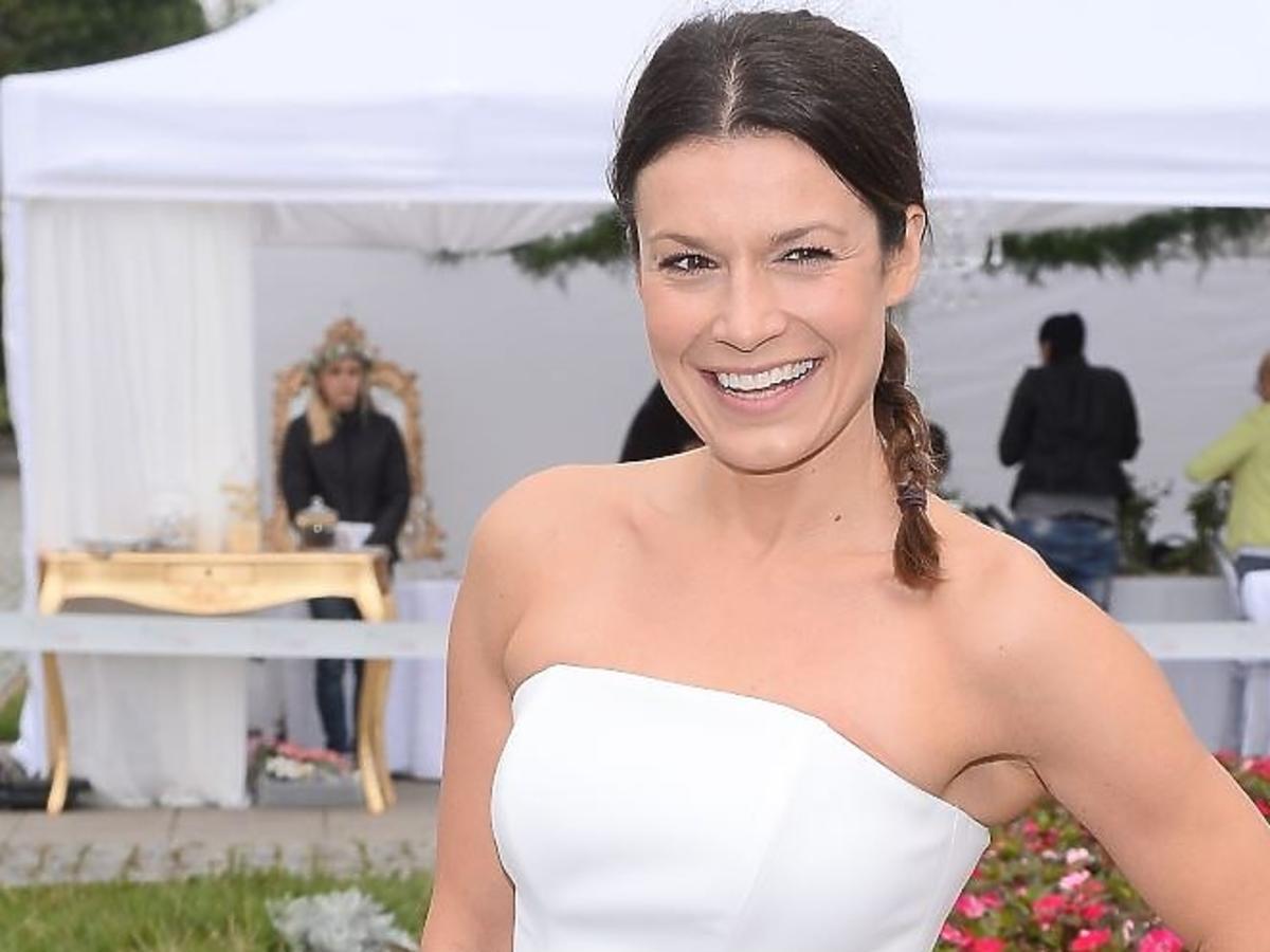 Kasia Kępka w białej sukience