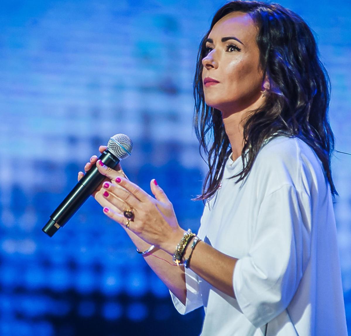Kasia Kowalska w białej bluzce