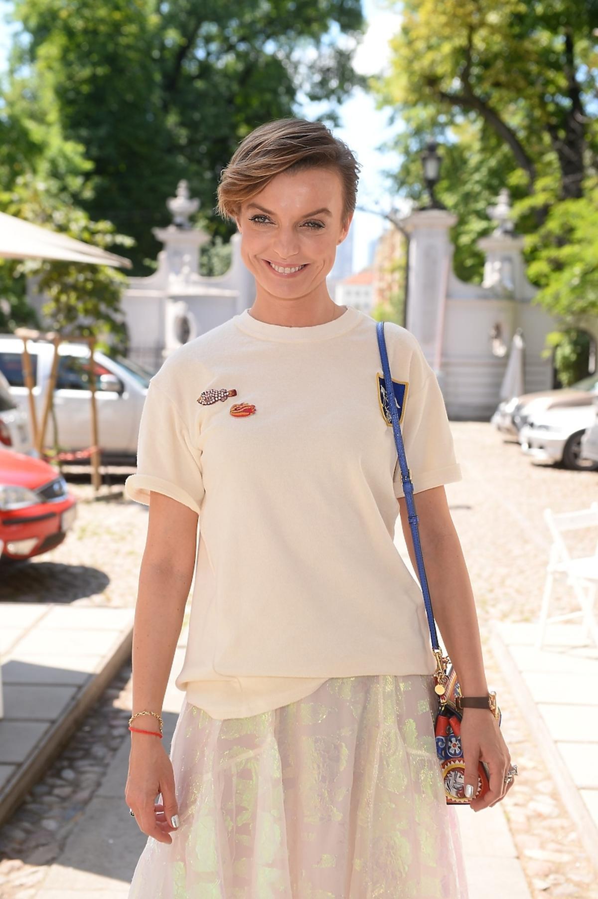 Kasia Sokołowska w białej koszulce i jasnej spódnicy
