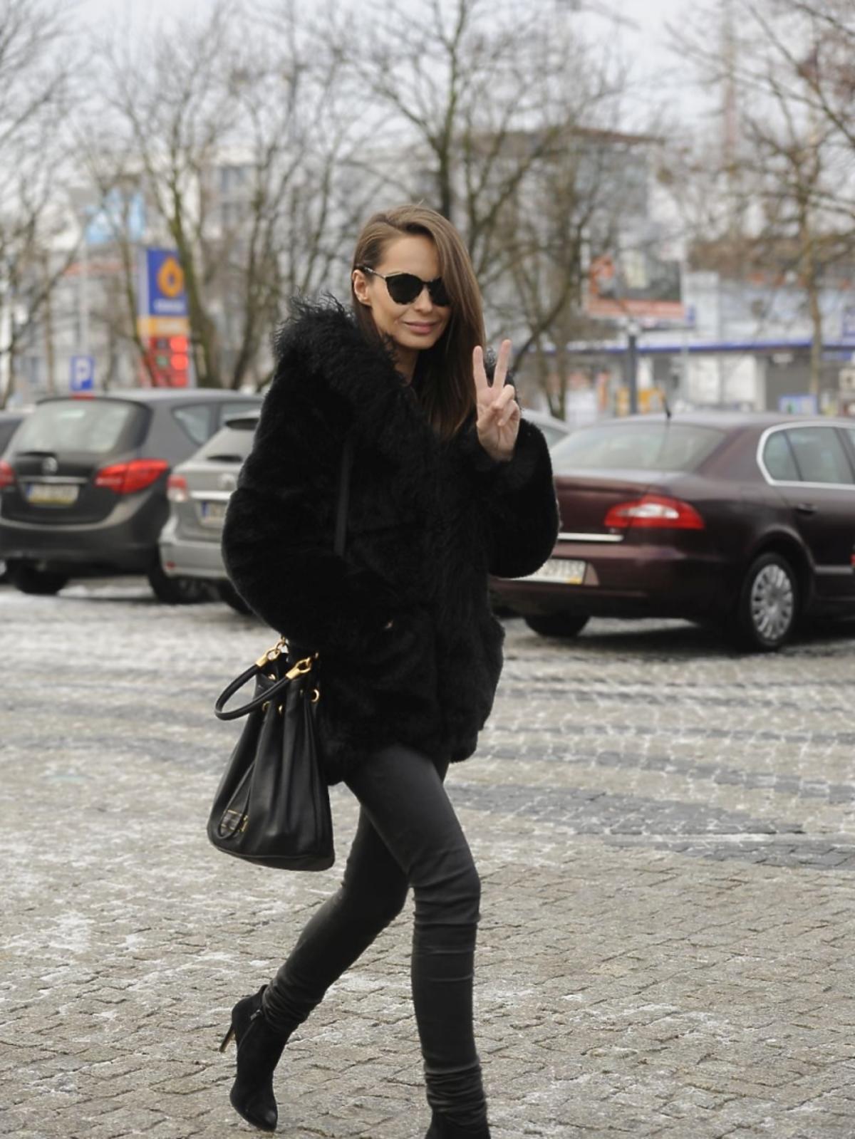 Kasia Sowińska w czarnym futrze