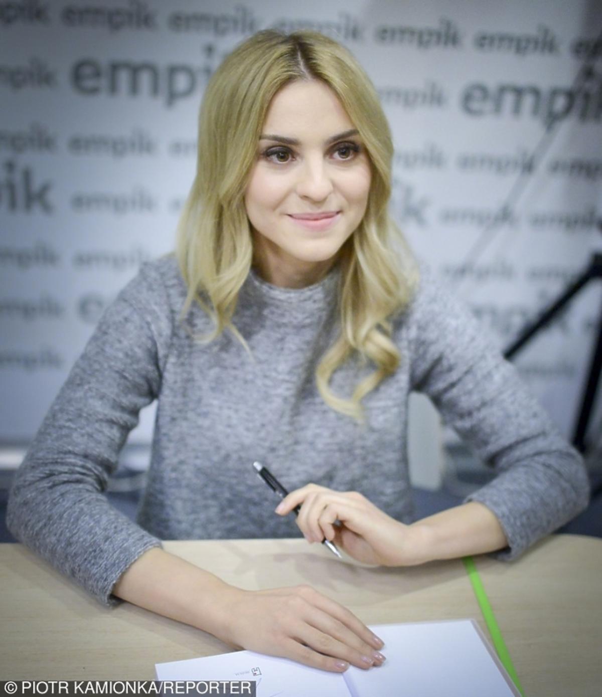 Kasia Tusk w szarym swetrze