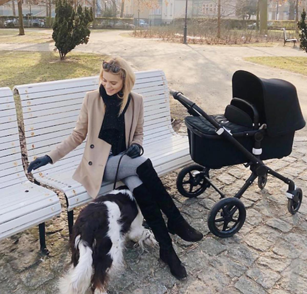 Kasia Tusk z córeczkąna spacerze