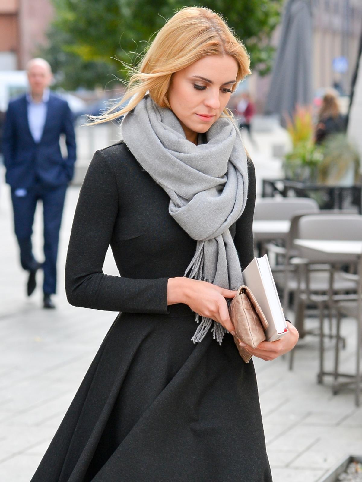 Kasia Tusk z książką w ciemnym płaszczu