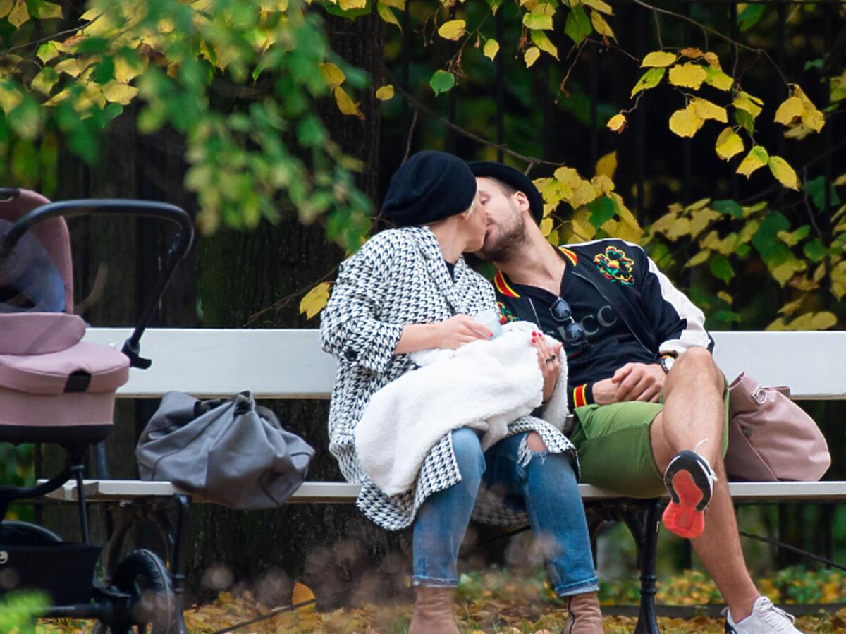 Kasia Warnke i Piotr Stramowski całują się w parku