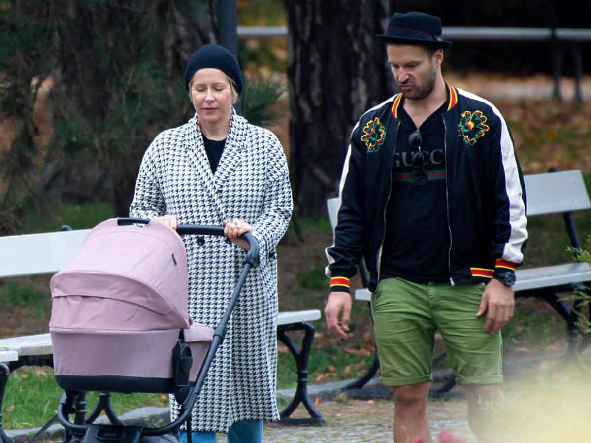 Kasia Warnke i Piotr Stramowski na spacerze z dzieckiem