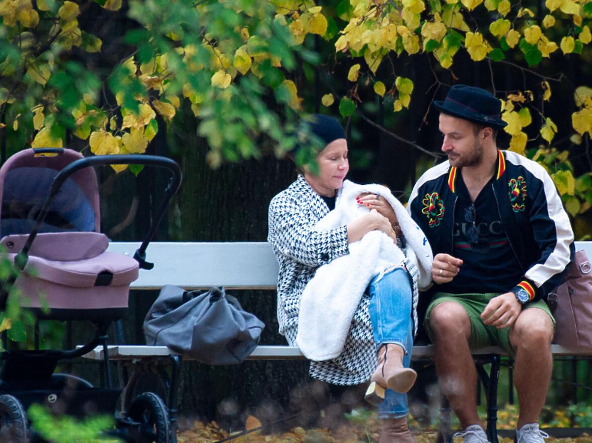 Kasia Warnke trzyma dziecko