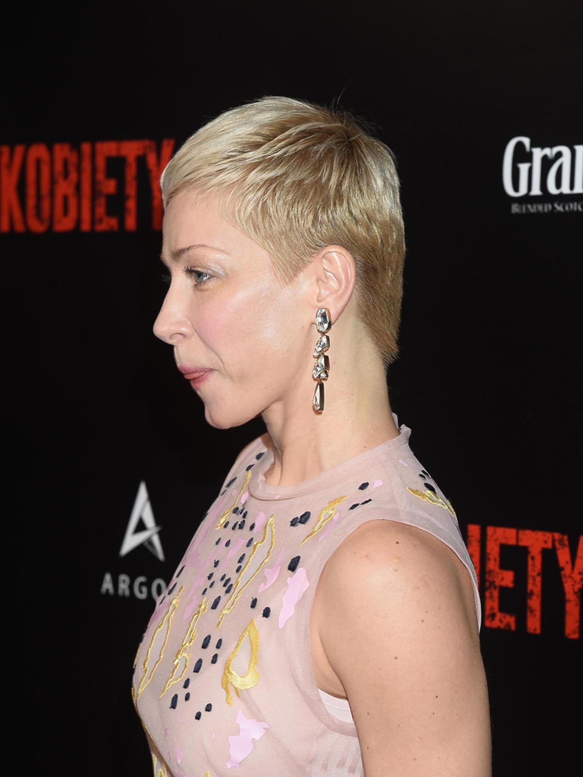 Kasia Warnke w krótkich włosach na premierze Kobiet Mafii