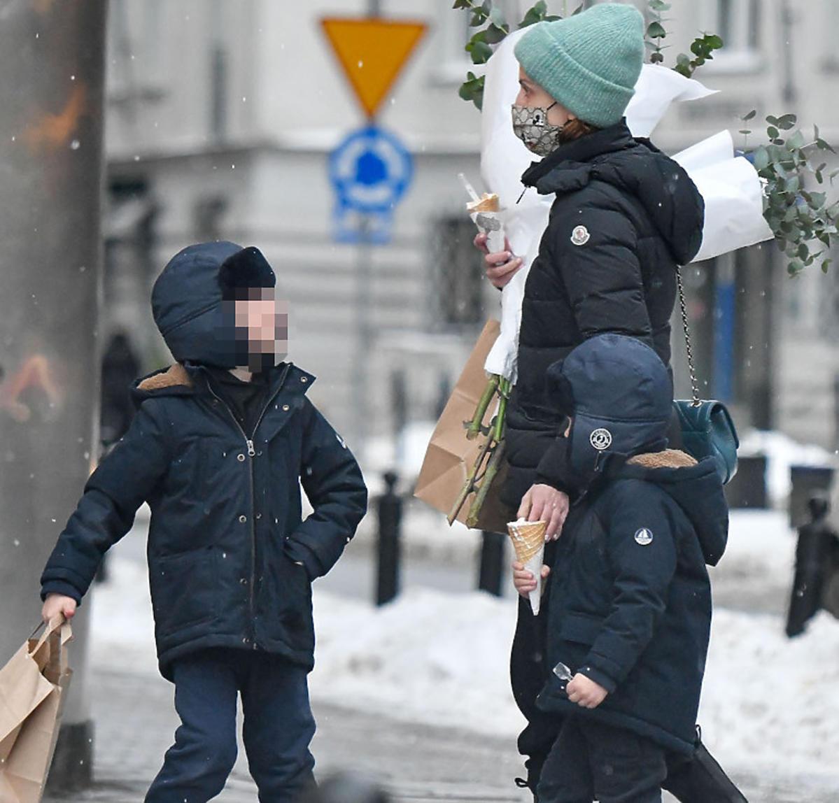 Kasia Zielińska z synami na spacerze