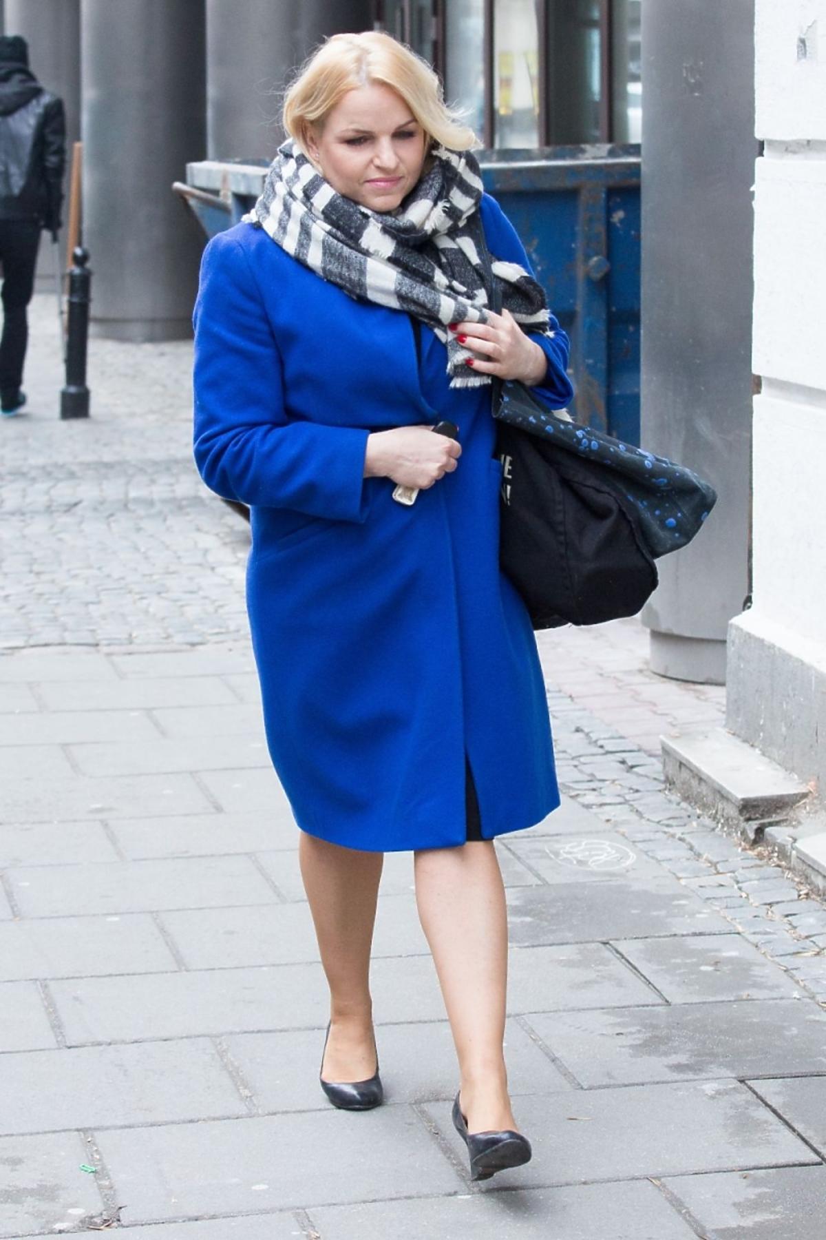 Katarzyna Bosacka w kobaltowym płaszczu