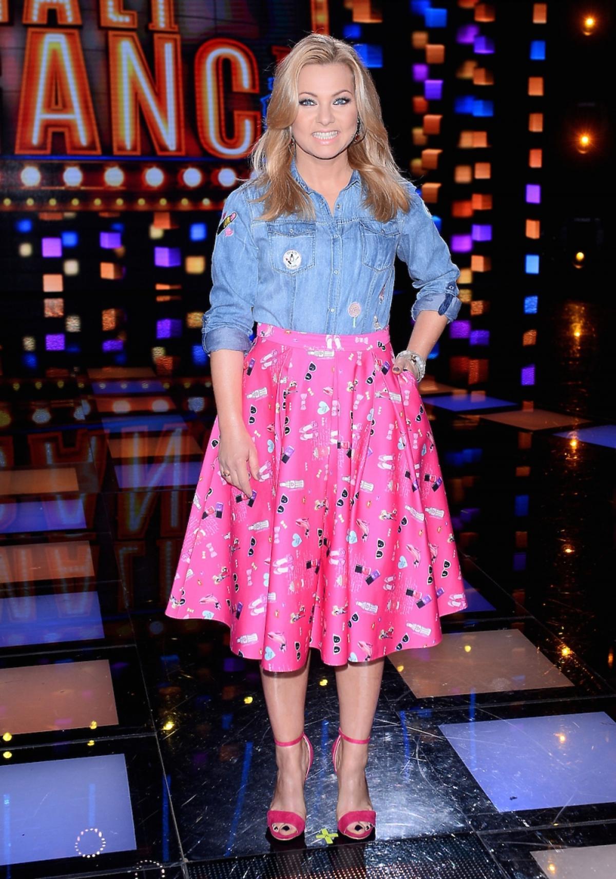 Katarzyna Bujakiewicz w dżinsowej koszuli i różowej spódnicy w kolorowe nadruki