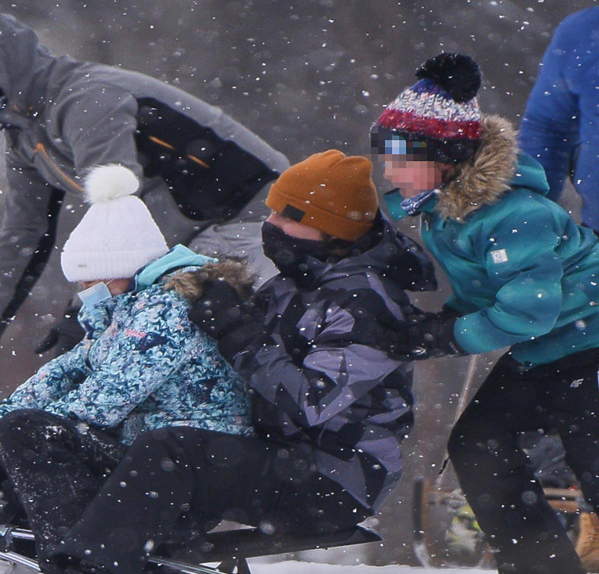 Katarzyna cichopek i Marcin Hakiel z dziećmi na sankach