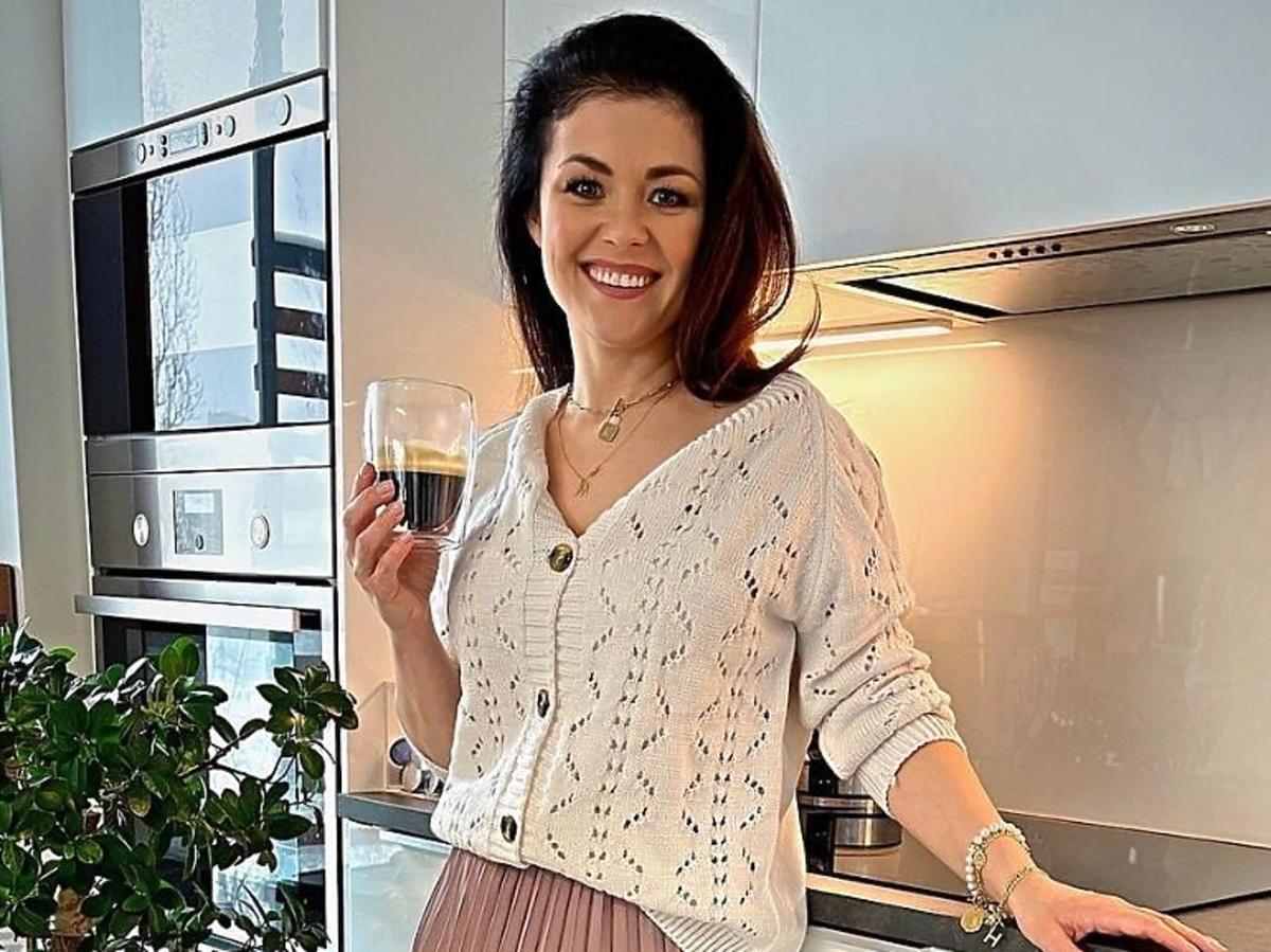 Katarzyna Cichopek w beżowym swetrze