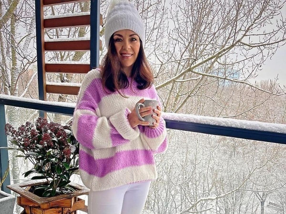 Katarzyna Cichopek w ciepłym swetrze w szerokie pasy