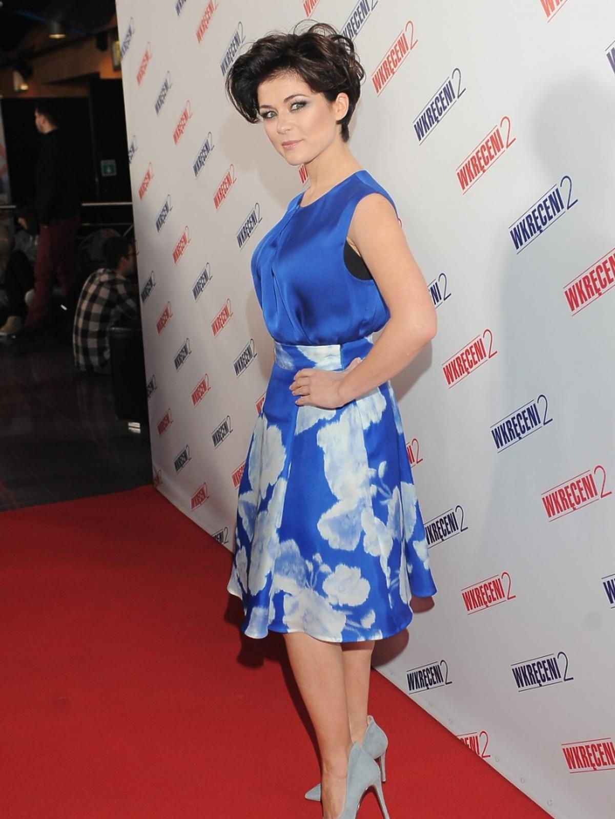 Katarzyna Cichopek w niebieskiej bluzce i sukience w kwiaty