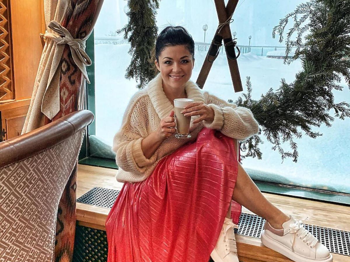 Katarzyna Cichopek w plisowanej spódnicy