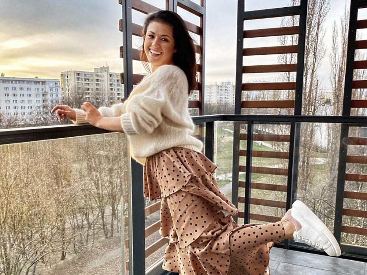 Katarzyna Cichopek w spódnicy w kropki