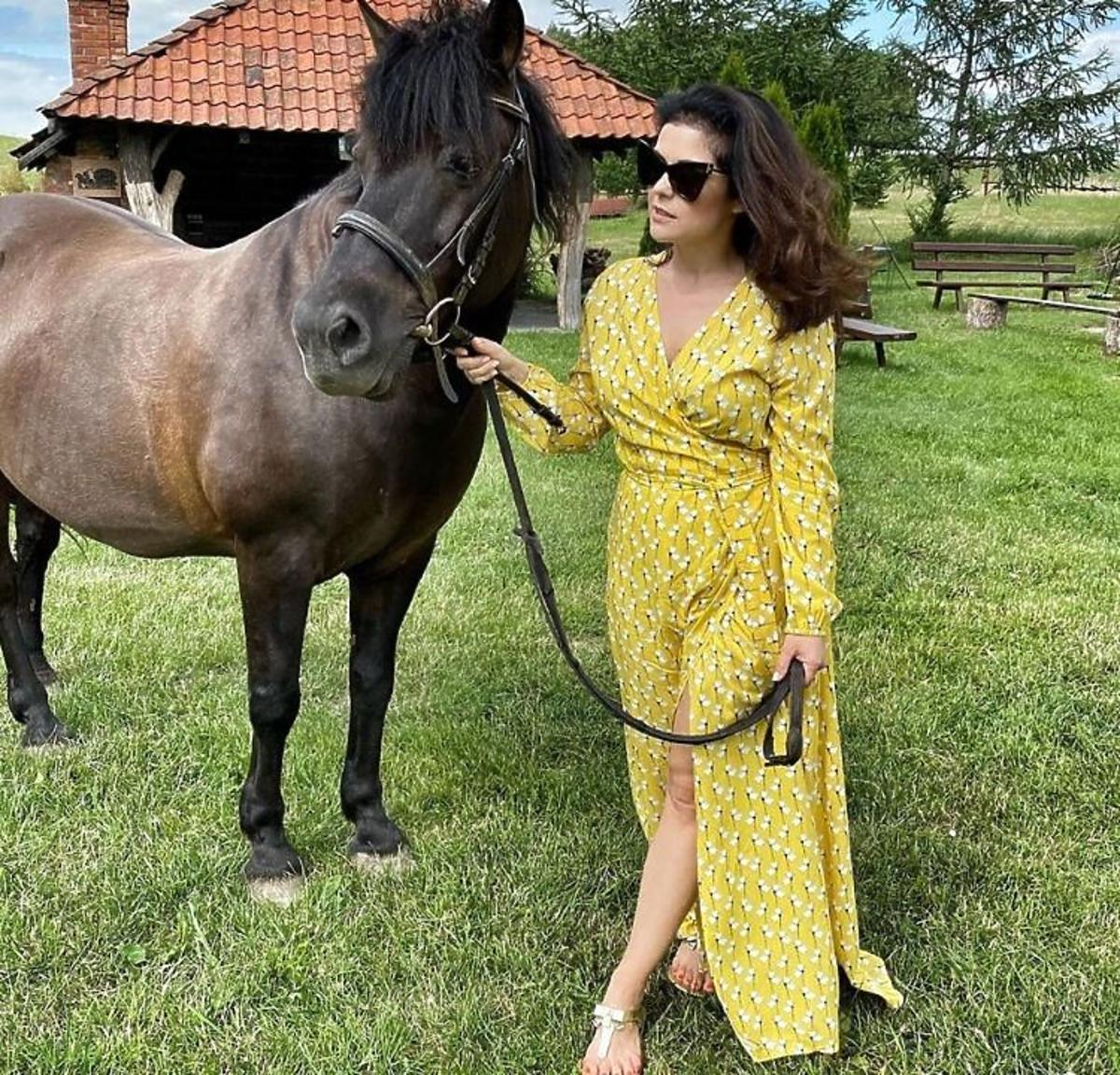 Katarzyna Cichopek w żółtej kopertowej sukience