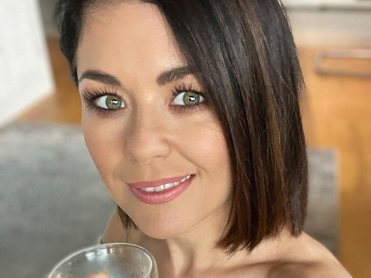 Katarzyna Cichopek z filiżanką kawy