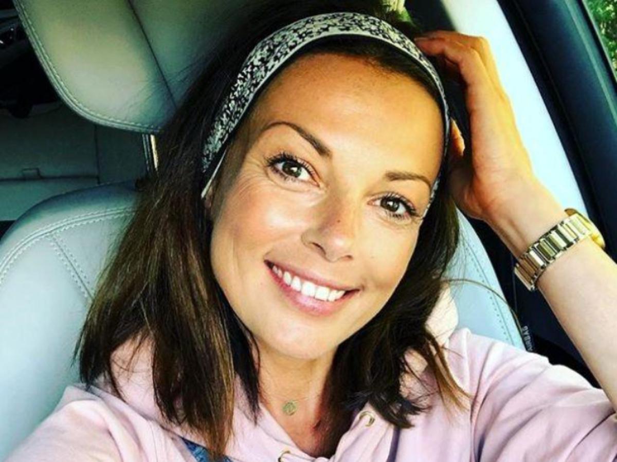 Katarzyna Glinka w fioletowej bluzie z kapturem