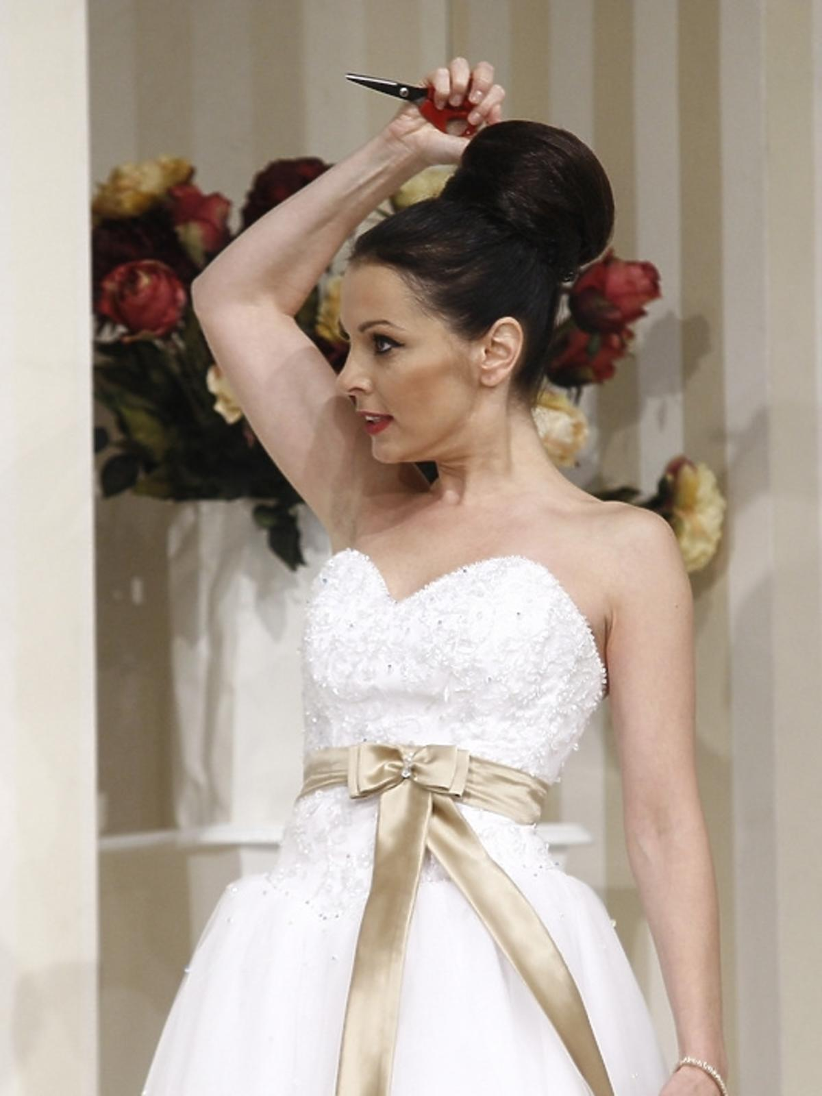 Katarzyna Glinka w sukni ślubnej podczas próby spektaklu