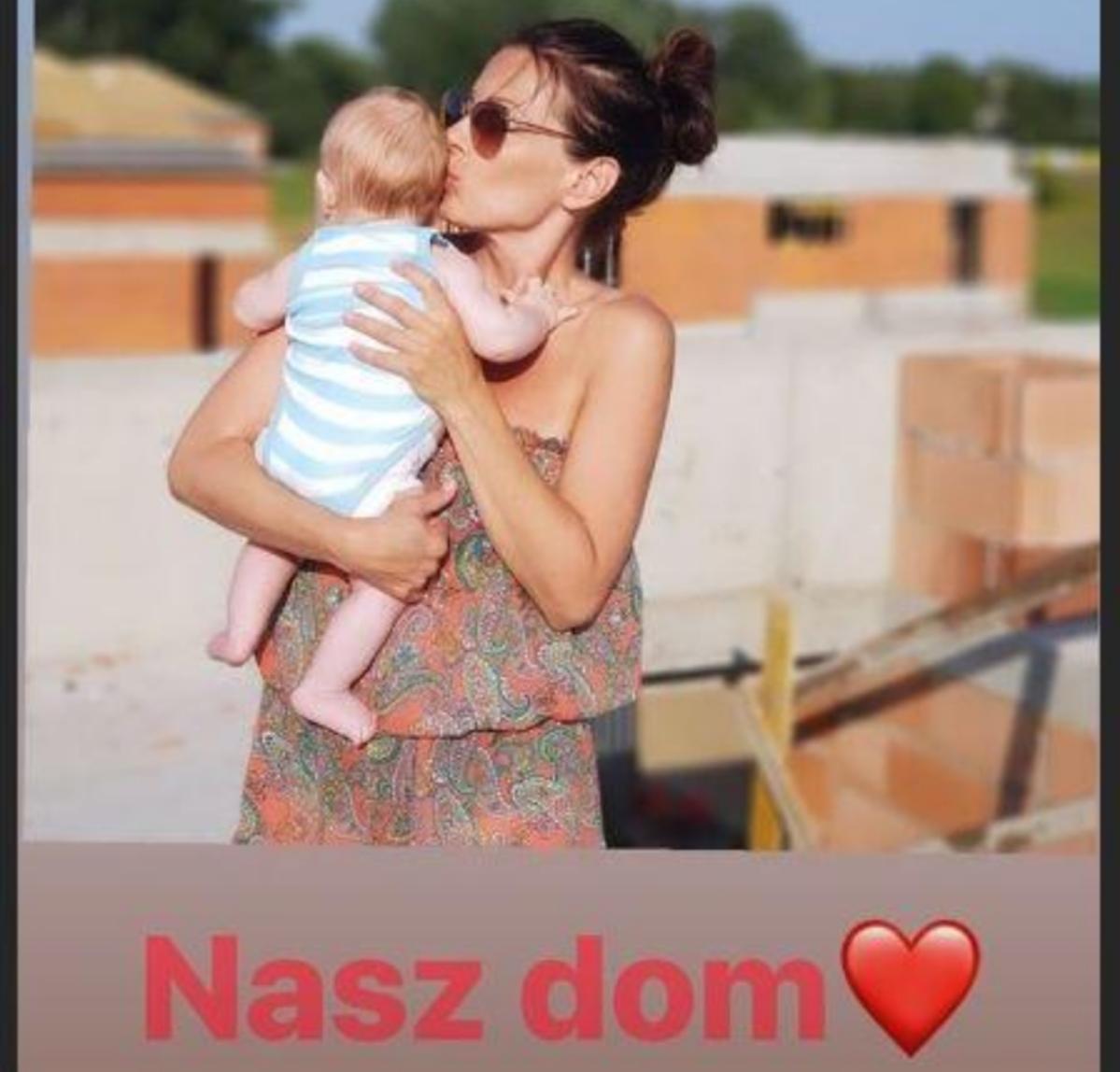 Katarzyna Glinka z synem na budowie domu