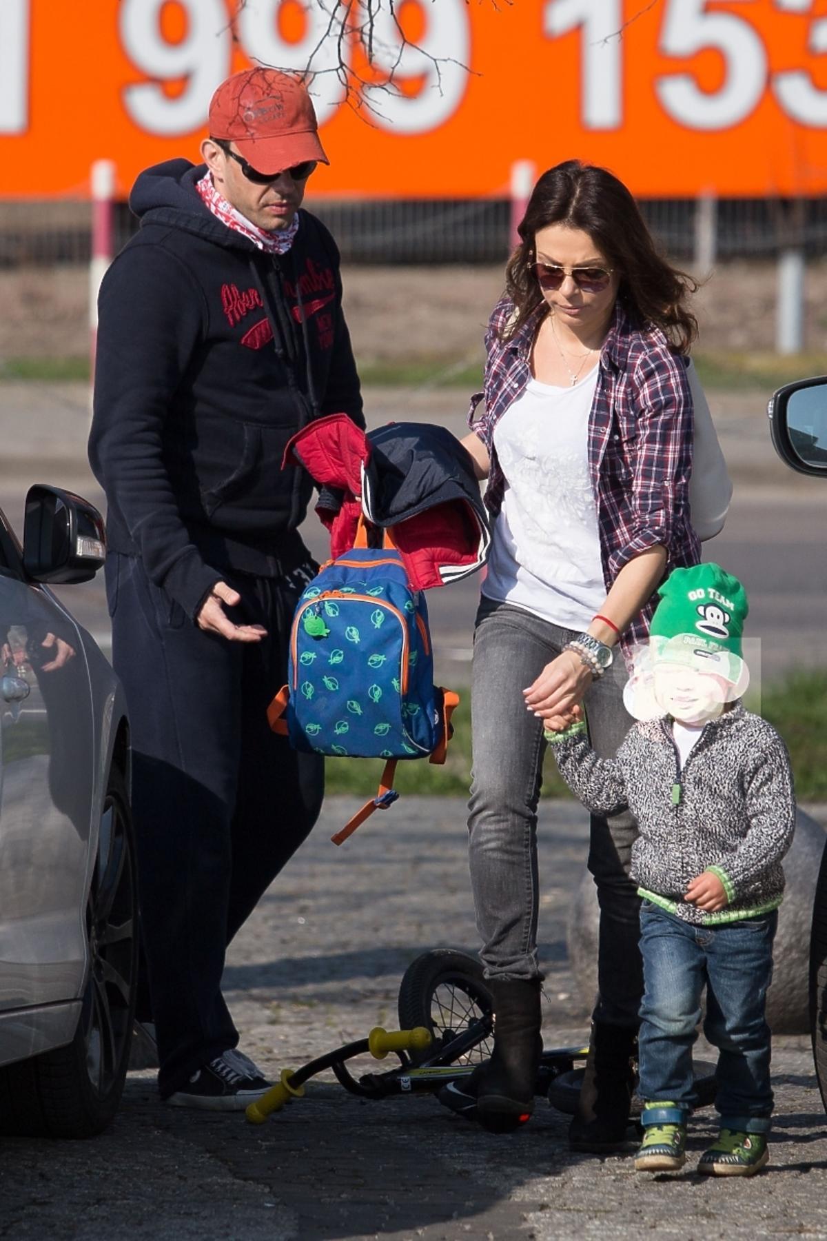 Katarzyna Glinka z synem pod studiem Pytania na Śnadanie