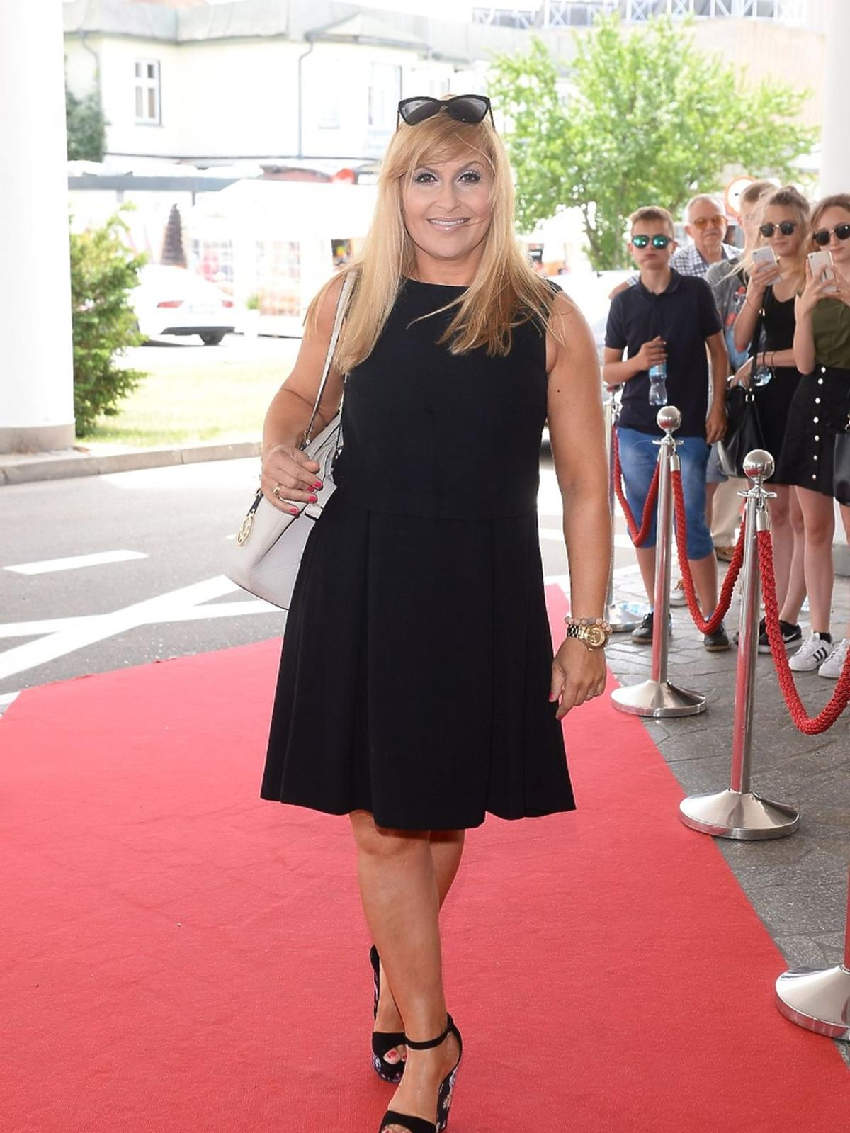Katarzyna Skrzynecka w czarnej sukience