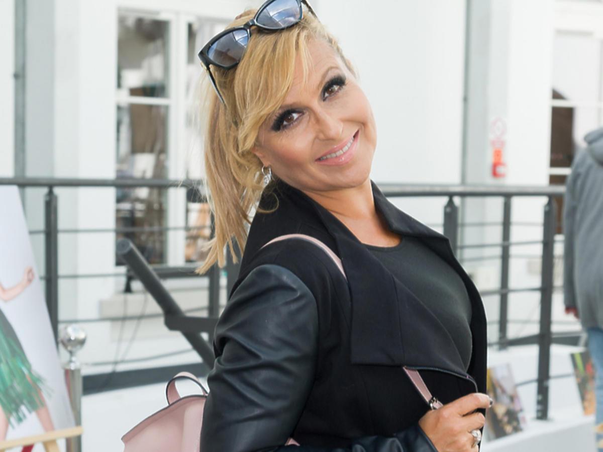 Katarzyna Skrzynecka z różowym plecakiem