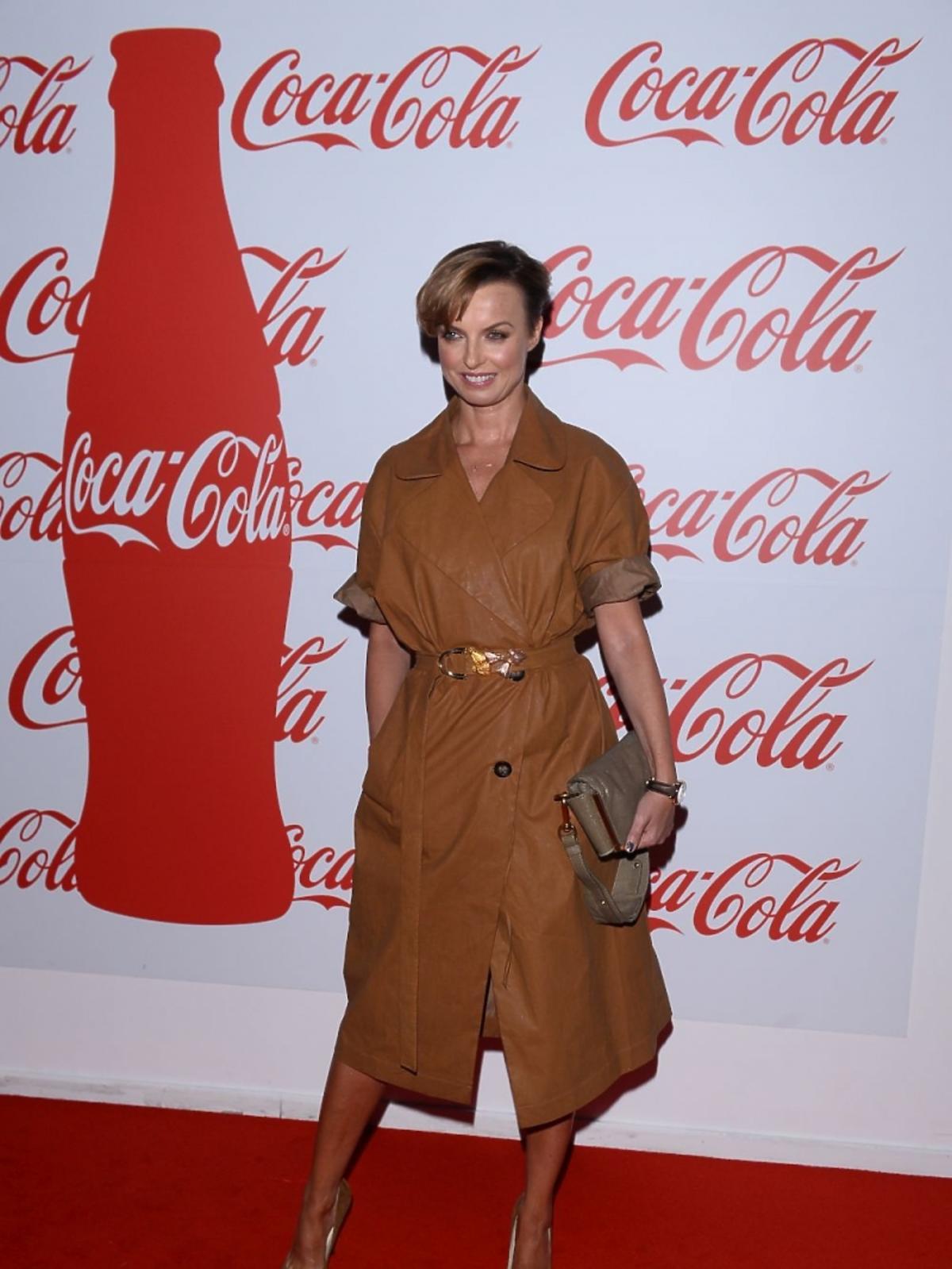 Katarzyna Sokołowska w brązowym płaszczu