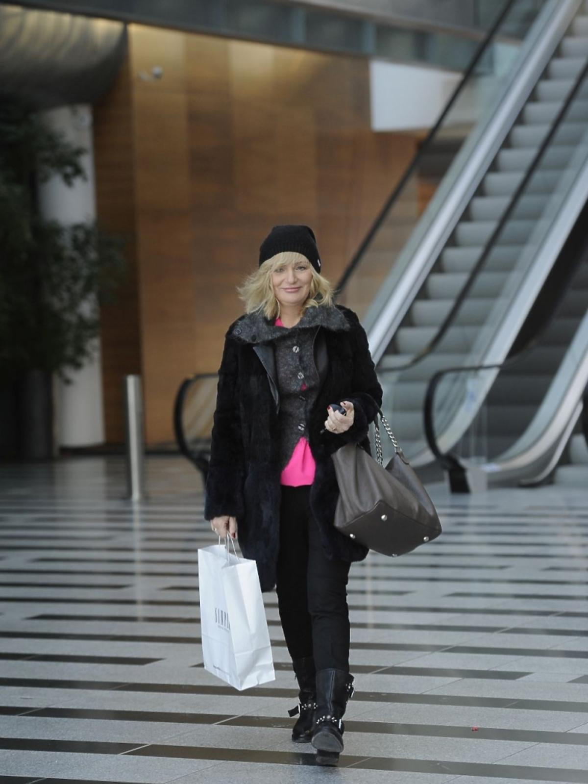 Katarzyna Żak z szarą torbą