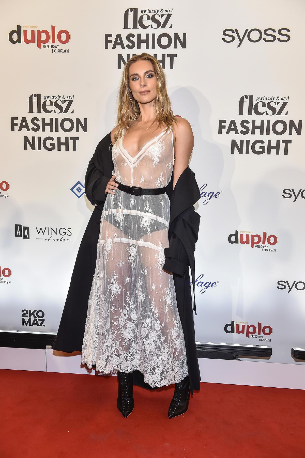 Katarzyna Zawadzka w przyświtującej sukience na Flesz Fashion Night 2021