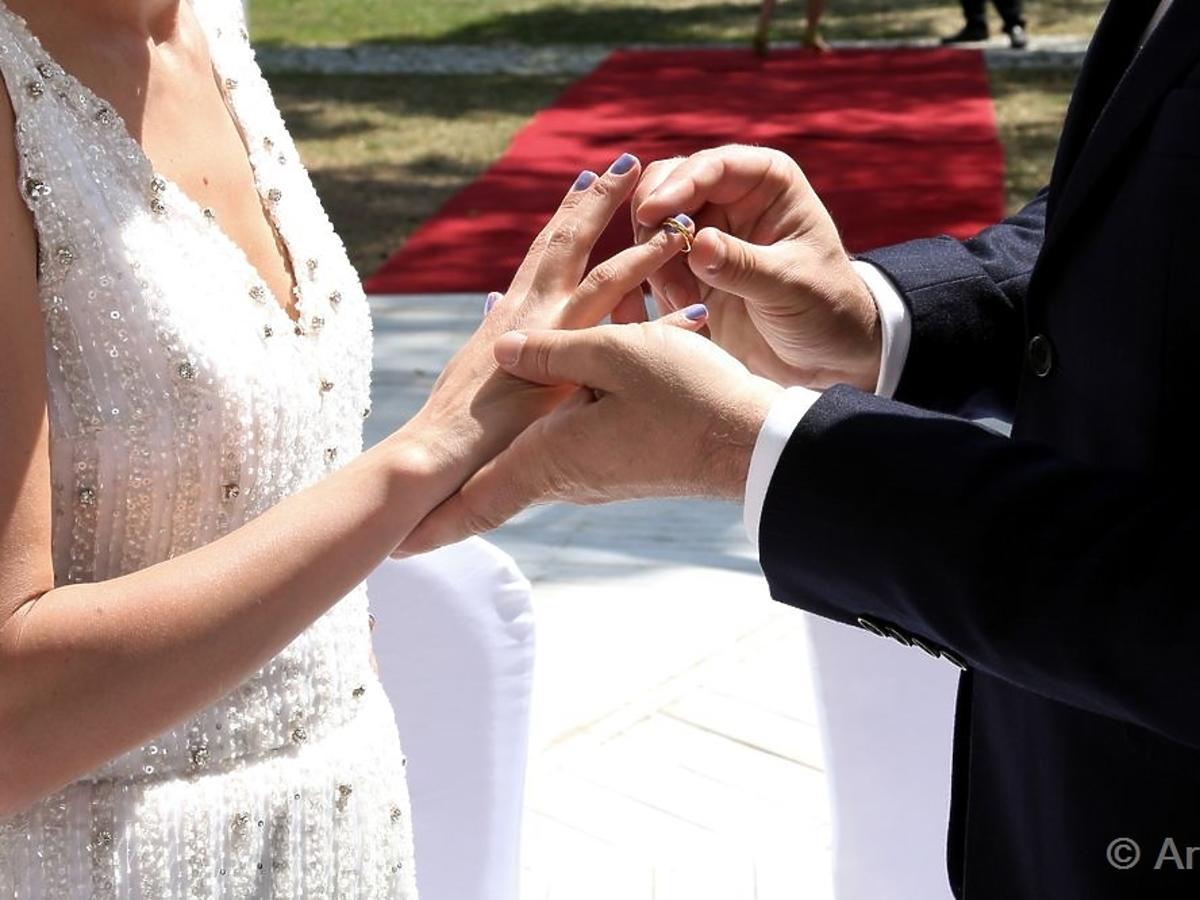 Katarzyna Zielińska i Jacek Rozenek zakładają sobie obrączkiw serialu Barwy Szczęścia