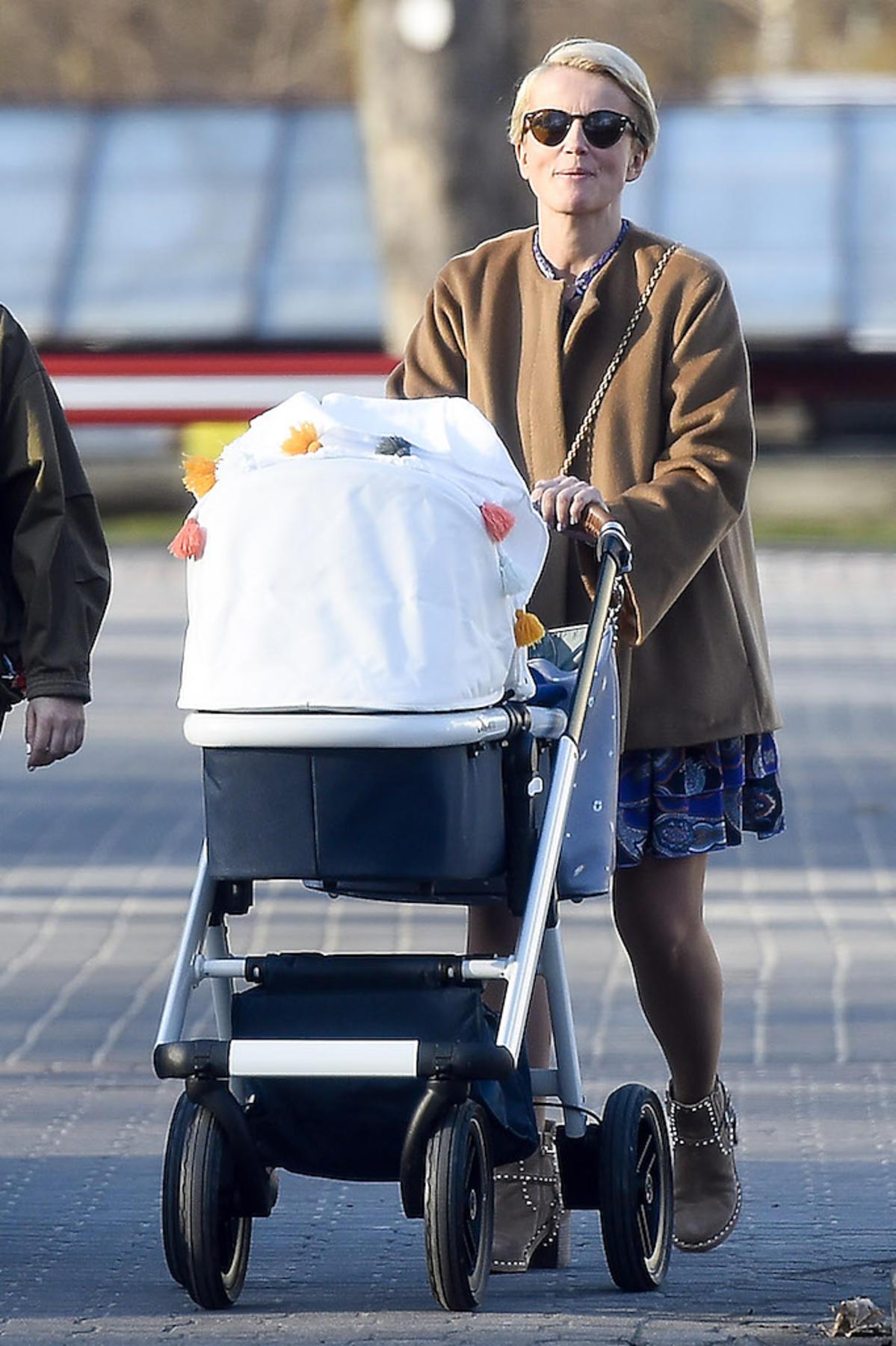 Katarzyna Zielińska na spacerze z drugim synem Aleksandrem