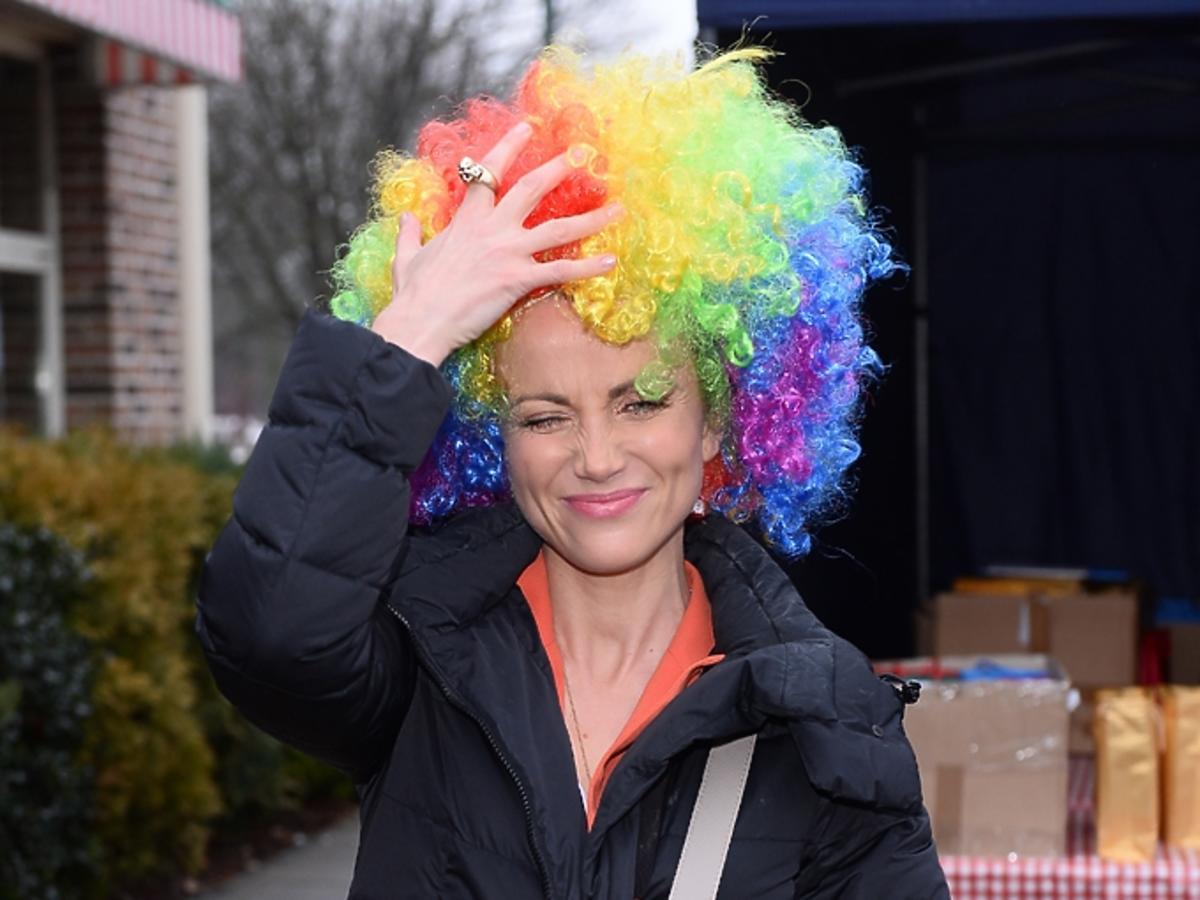 Katarzyna Zielińska w kolorowej peruce afro
