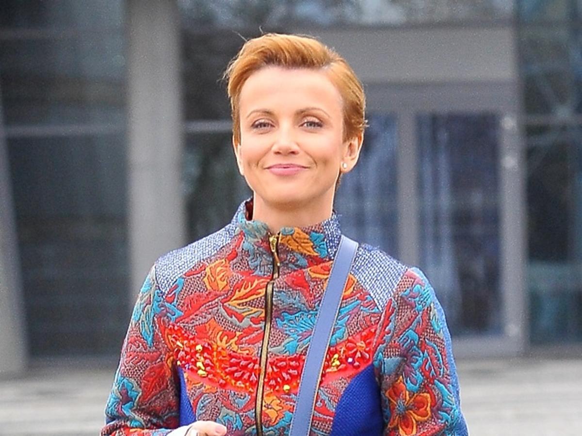 Katarzyna Zielińska w kolorym płaszczu