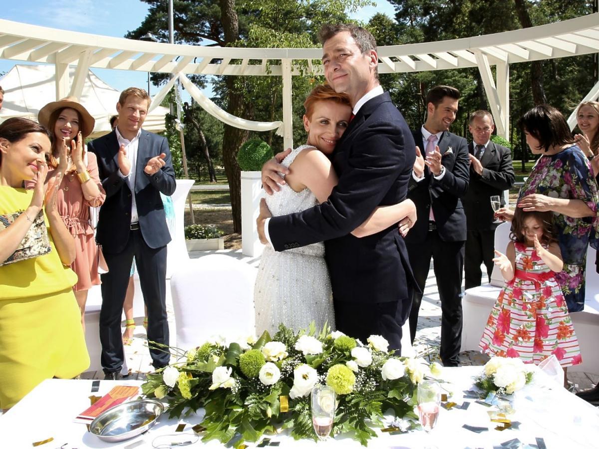 Katarzyna Zielińska w sukni ślubnej i Jacek Rozenek w Barwach Szczęścia na ślubnym kobiercu