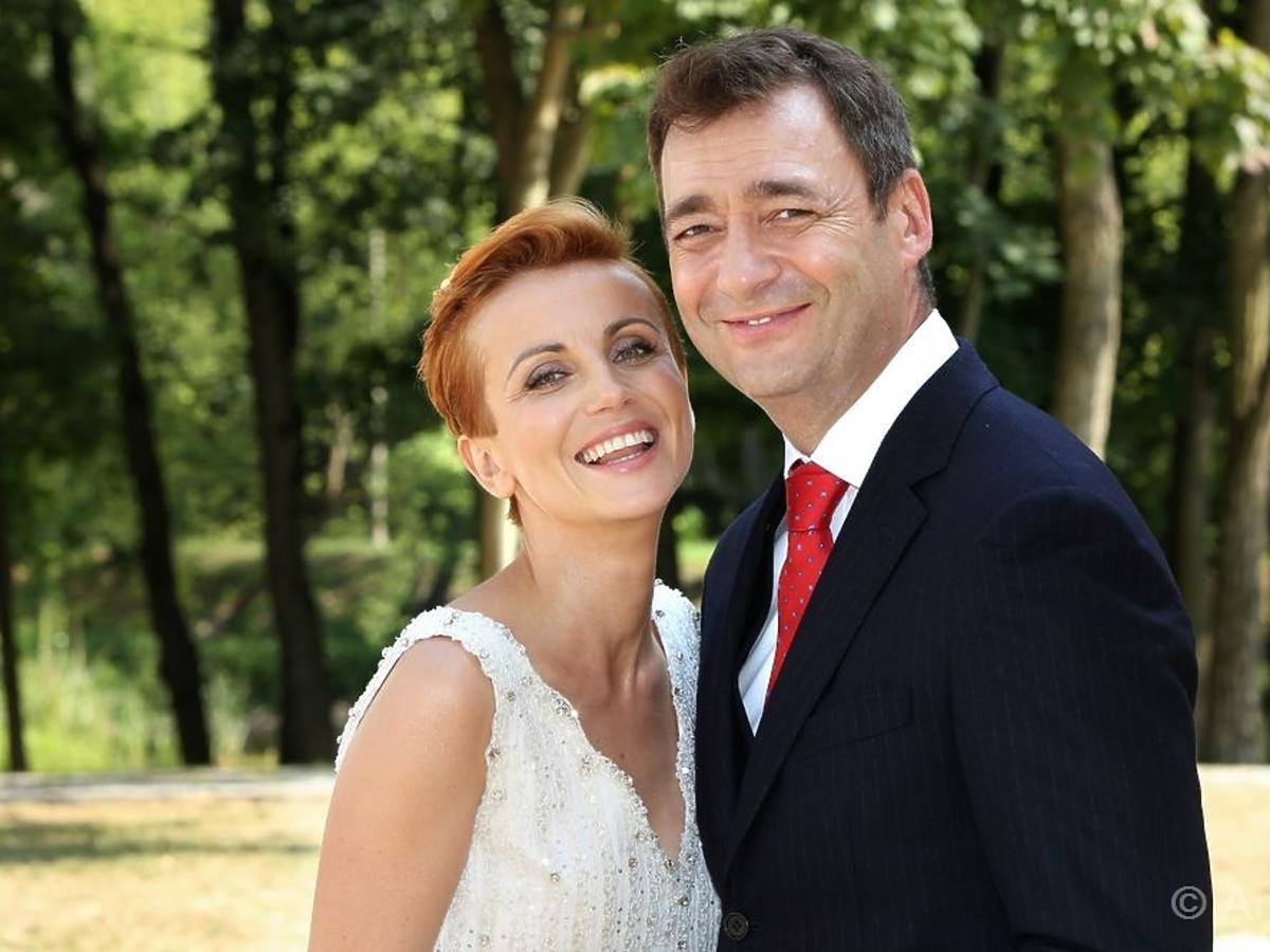 Katarzyna Zielińska w sukni ślubnej i Jacek Rozenek w serialu Barwy Szczęścia
