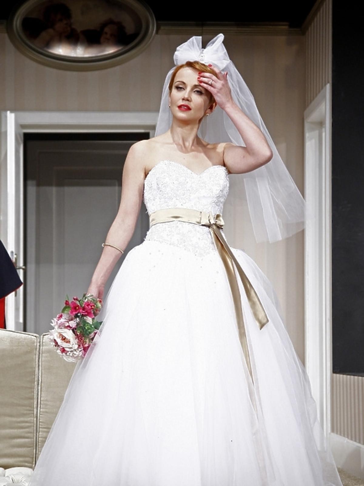 Katarzyna Zielińska w sukni ślubnej podczas próby spektaklu