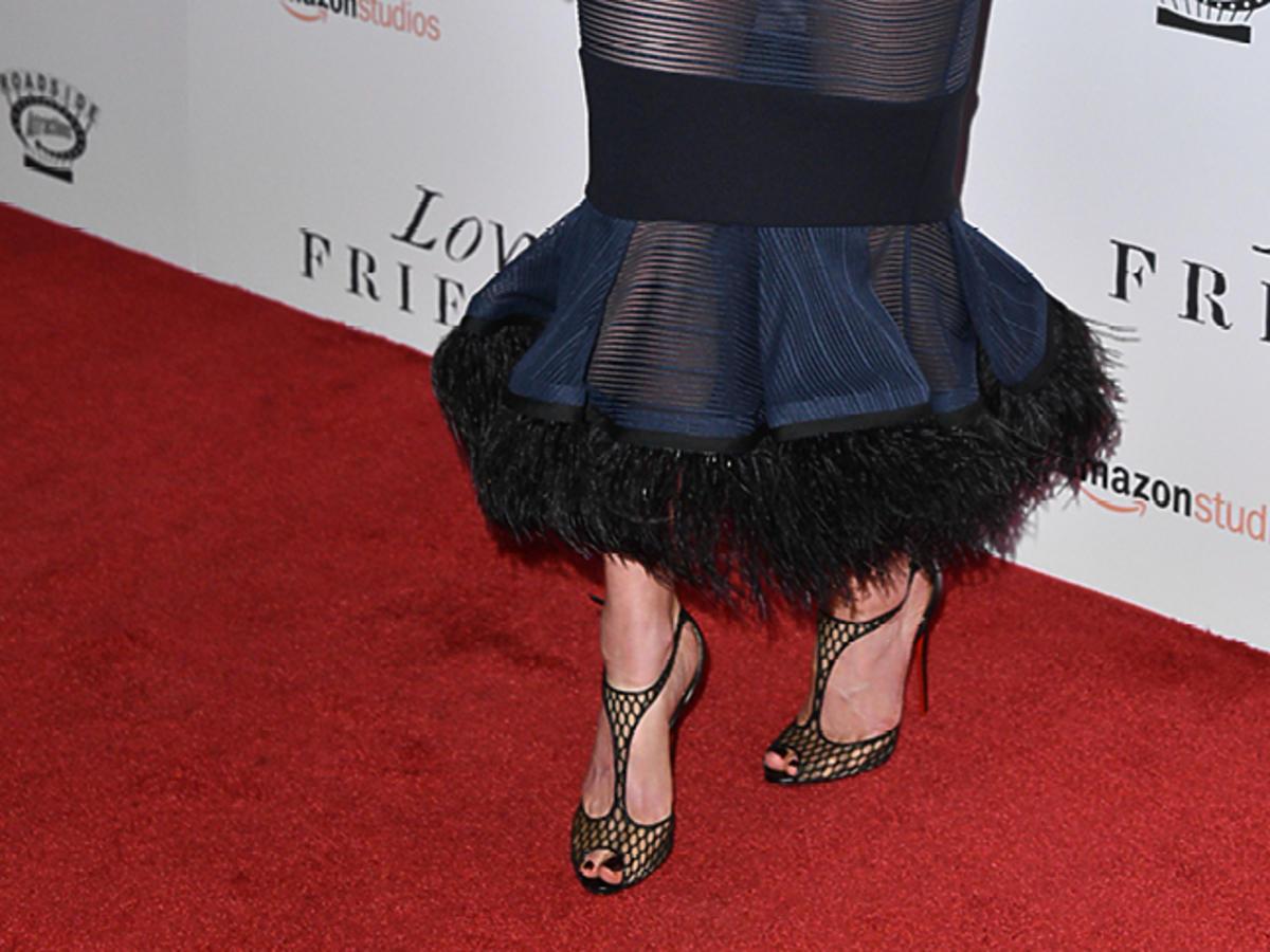 Kate Beckinsale w granatowej wąskiej sukience z rozszerzonym dołem
