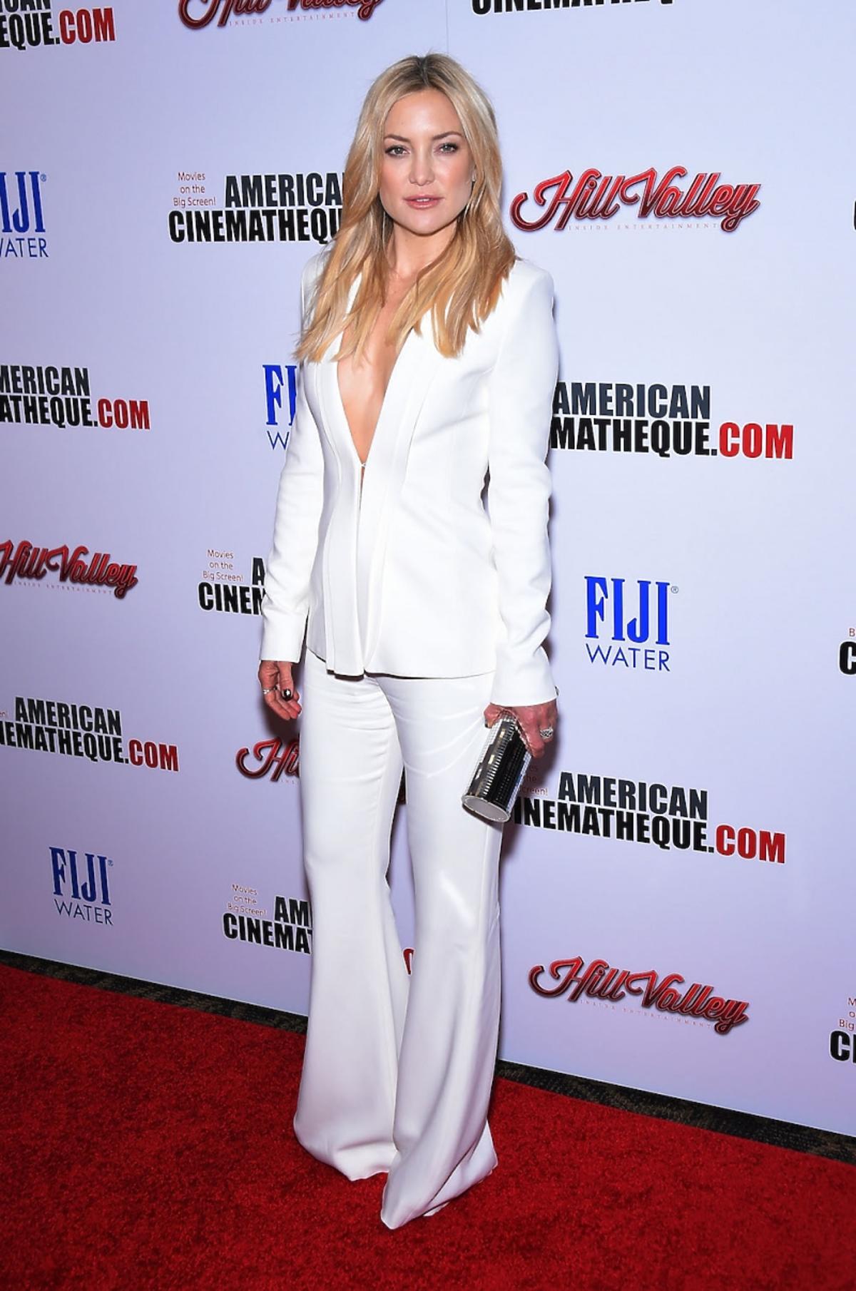 Kate Hudson w białym garniturze na czerwonym dywanie