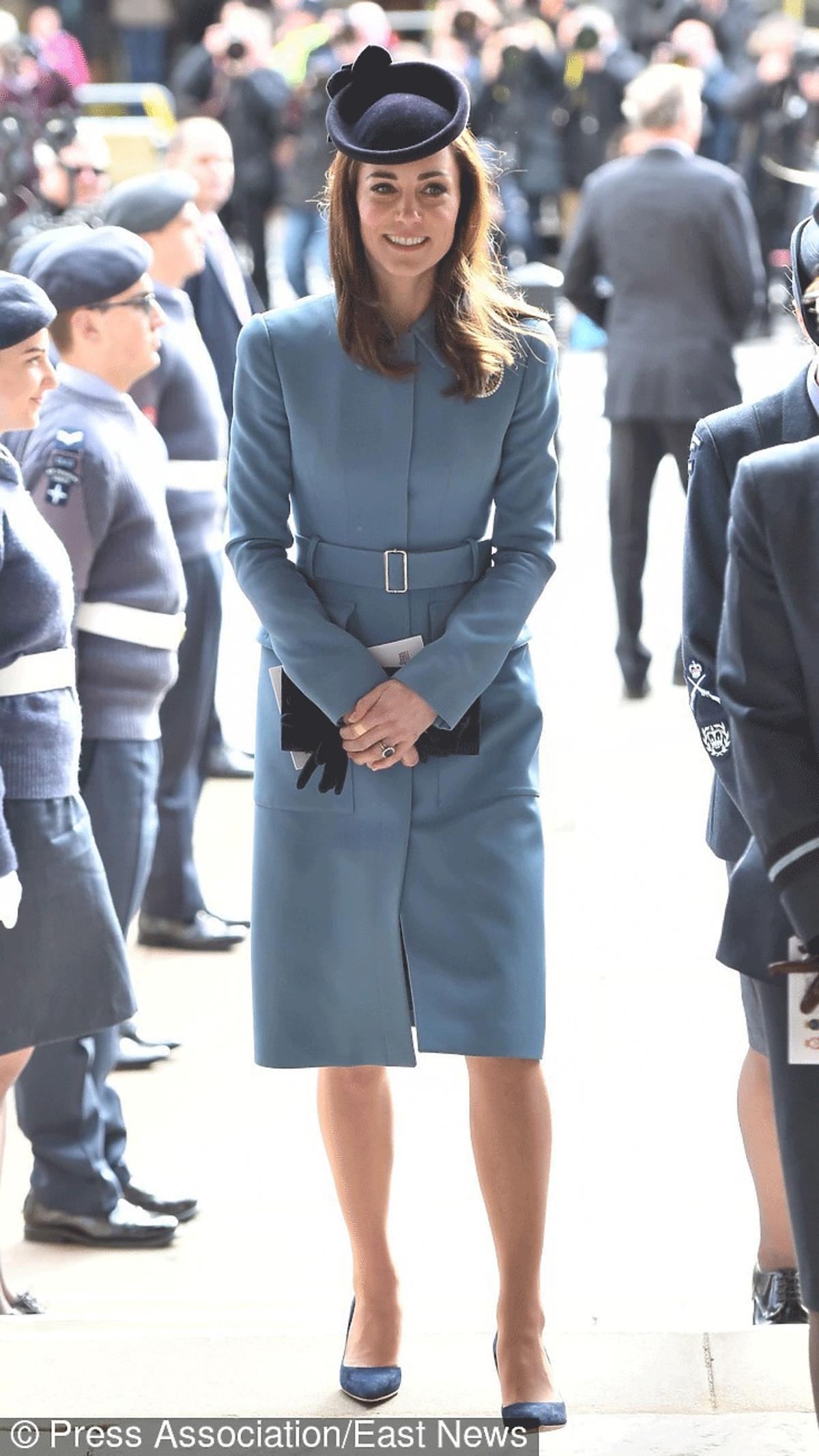 Kate Middleton w granatowych szpilkach i niebieskim płaszczu