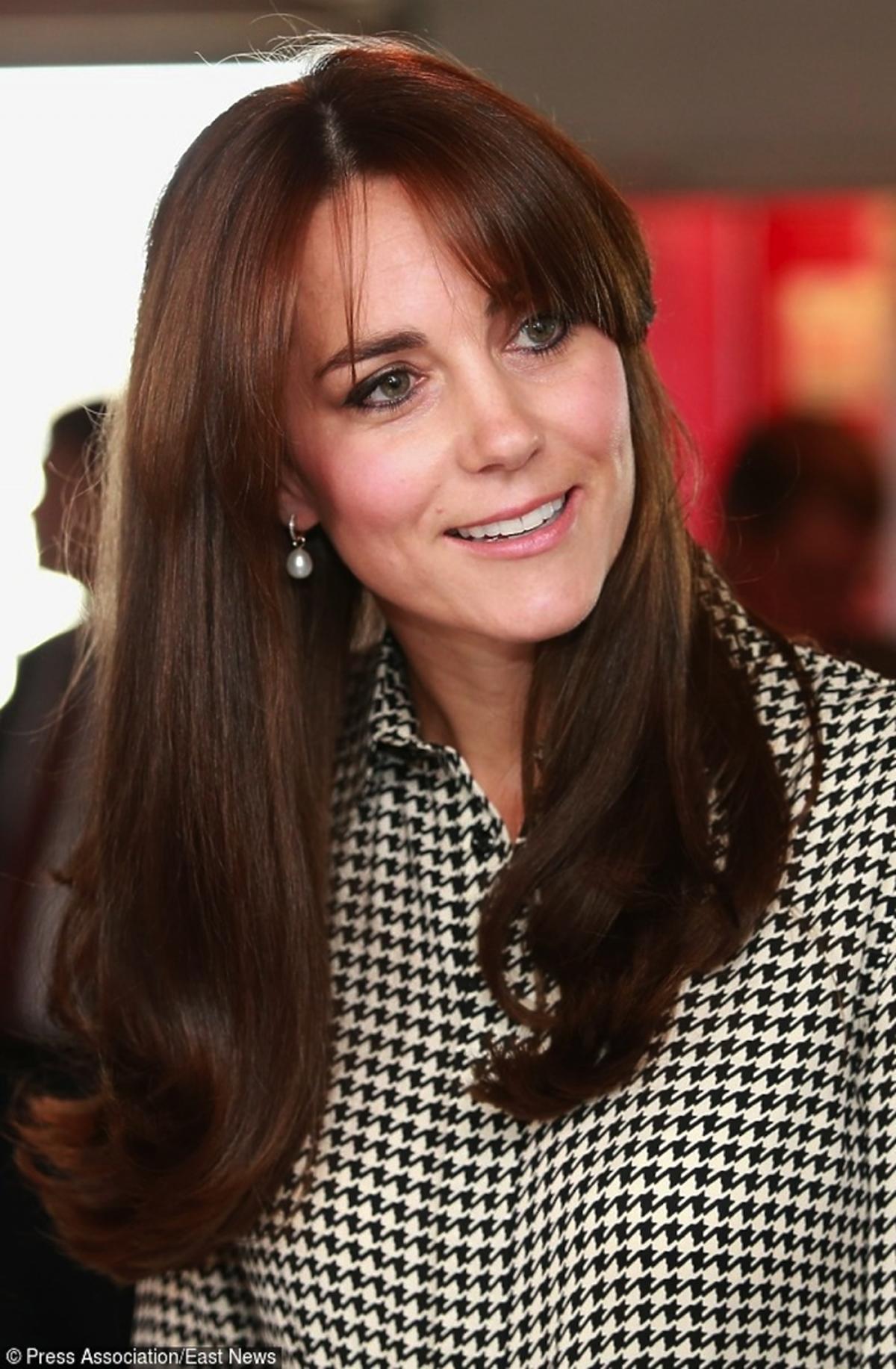 Kate Middleton w grzywce i sukience w kratkę