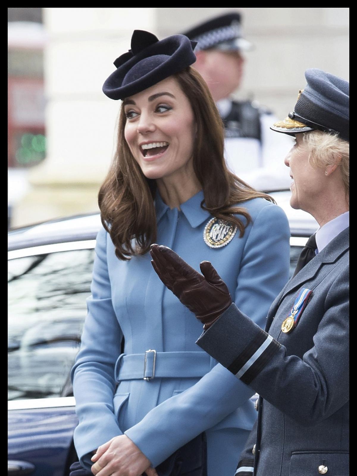 Kate Middleton w Londynie w niebieskim płaszczu