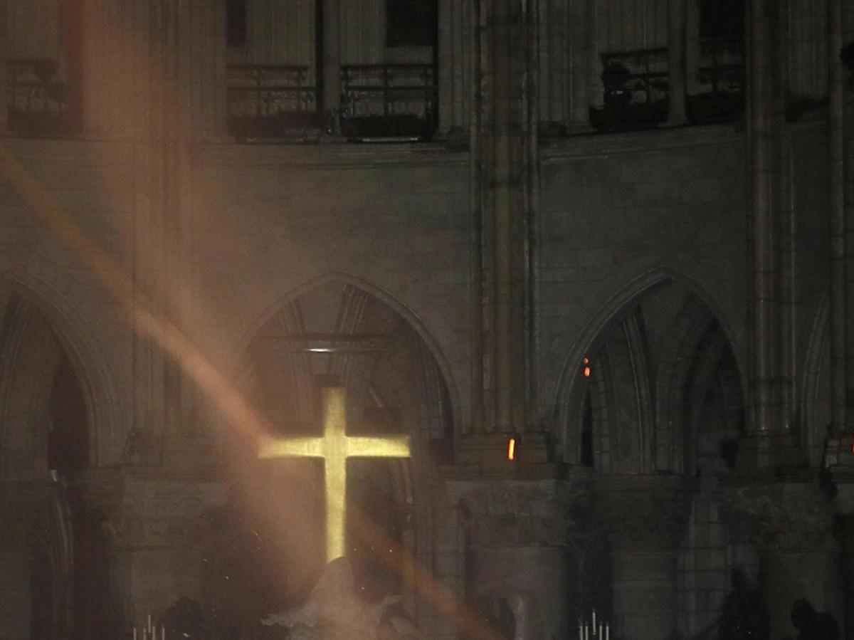 katedra Notre Dame wnętrze po pożarze