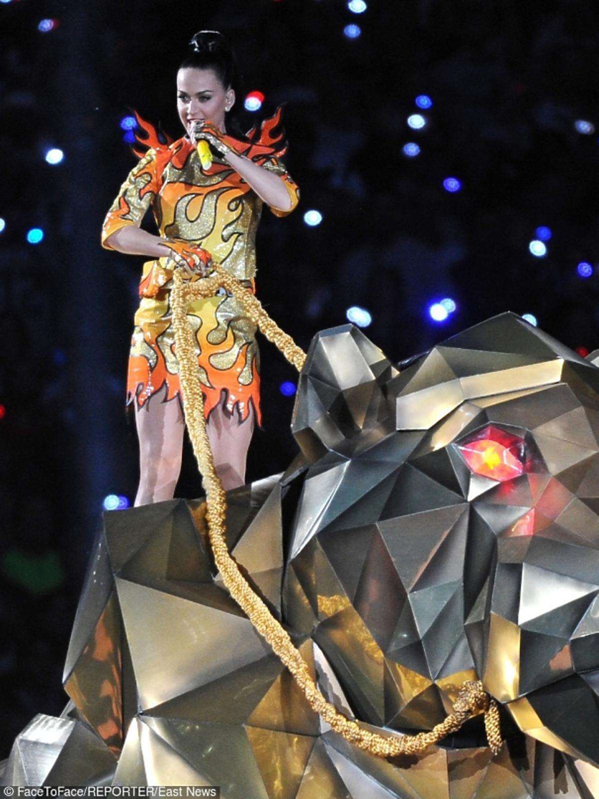 Katy Perry na koncercie Pepsi Super Bowl 2015 w Glendale. Ubrana jest w suknię przypominająca płomienie.