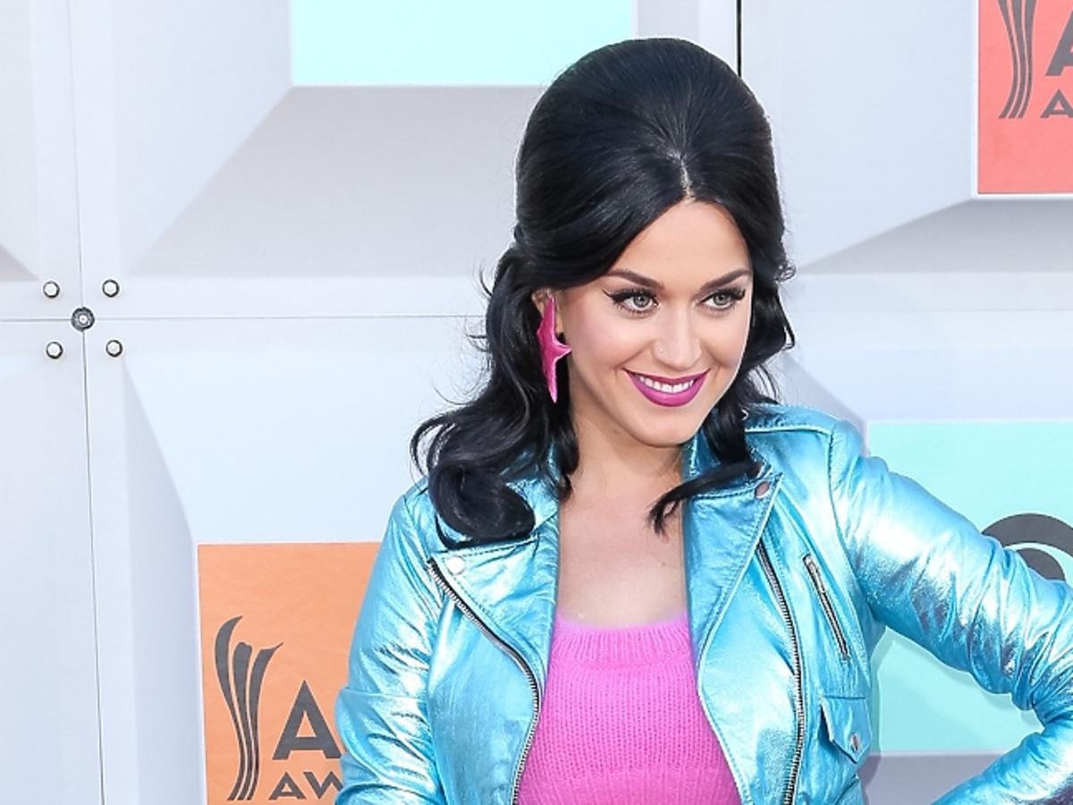Katy Perry w błyszczącej kurtce i kolczykach - gwiazdkach i różowym topie
