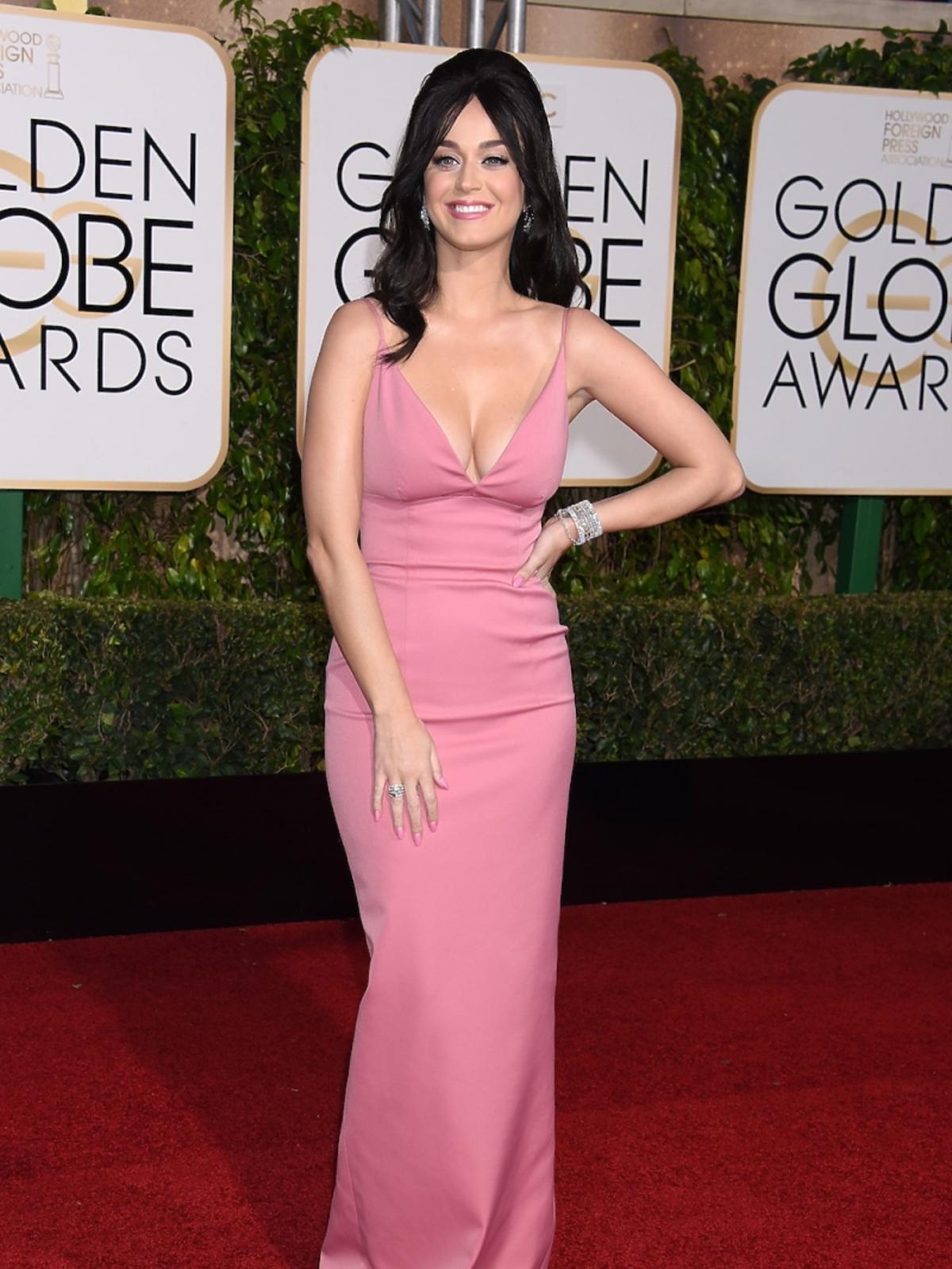 Katy Perry w różowej sukience z dużym dekoltem